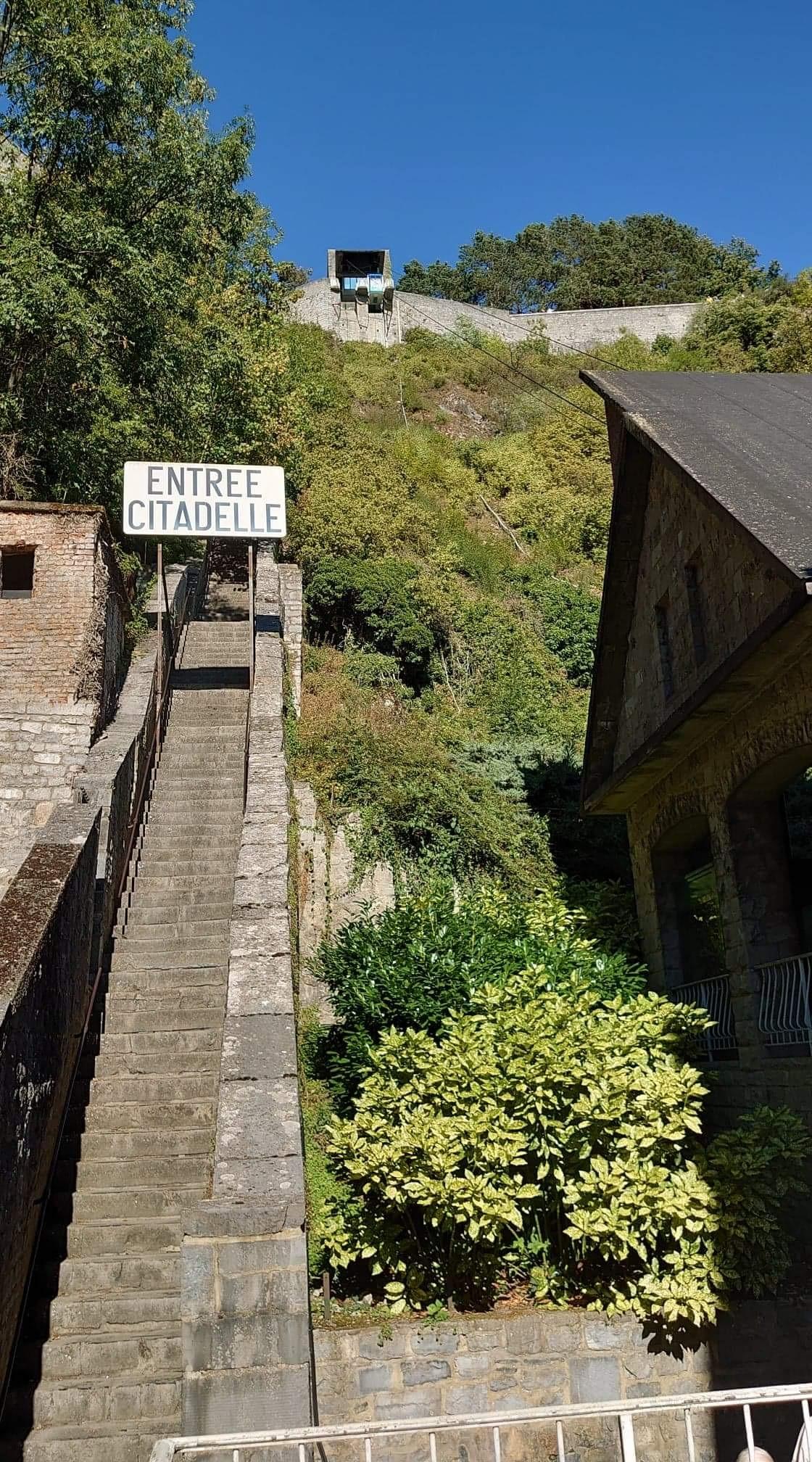 Au pied des 408 marches vers la citadelle de Dinant